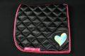 Pearl-Schabracke-Dressurschabracke-Dressur-Schabracke-mit-Herz-pink-holo-schwarz-satin-individuelle-Schabracke-Schabracken-Sale-Reitsport-Pony-2-scaled-e1612854375471