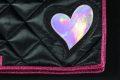 Pearl-Schabracke-Dressurschabracke-Dressur-Schabracke-mit-Herz-pink-holo-schwarz-satin-individuelle-Schabracke-Schabracken-Sale-Reitsport-Pony-4-scaled-e1612854391504
