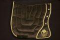 Pearl-Schabracken-Manufaktur-Barockschabracke-Barocksattel-Schabracke-Bestickung-Braun-Gold-individuell-bestickt-individuell-gefertigt-massgeschneidert-3-scaled-e1605792670553