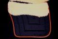 Pearl-Schabracken-Manufaktur-Barocke-Schabracke-Barocksattel-Deuber-Ibero-Leder-Barockschabracke-Satteldecke-Omega-Signum-Lammfell-Lammfellschabracke-3-1-scaled-e1605216271388