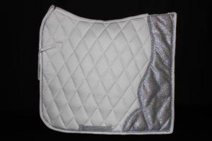 Pearl-Schabracken-Manufaktur-Friese-Barock-Antik-Dressur-Schabracke-Tunierschabracke-weiße Satteldecke-Glitzer