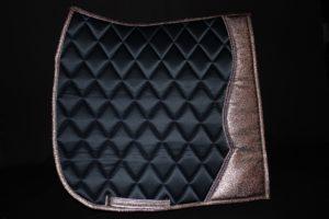 Pearl-Schabracken-Manufaktur-Friese-Barock-Antik-Dressur-Schabracke-Baumwollsatin-Kunstleder-Dressurschabracke